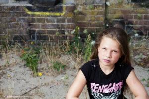 Mooi portret gemaakt op locatie   Tienermeisje zittend op een steen   Profielfotograaf Haarlem, Judith den Hollander.