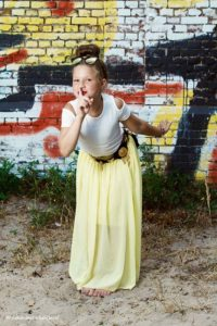 Tienermeisje fotoshoot op locatie   Mooi gekleed meisje met lange rok tegen een graffiti achtergrond   Lifestyle fotografie Judith den Hollander (Haarlem, Maastricht).