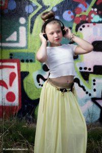 60 minuten fotoshoot op locatie in Haarlem   Lifestyle shoot   Tienermeisje luisterend naar muziek voor een graffiti achtergrond.