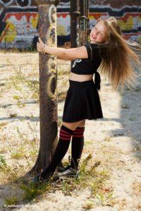 Mooi portret van een tienermeisje met lang haar wapperend in de wind   Lifestyle fotoshoot   Portret gemaakt door fotograaf Haarlem Judith den Hollander.