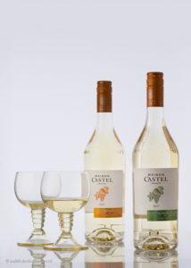 Professionele, gestileerde wijnflessenfotografie | 2 aparte witte wijnglazen en 2 flessen | Studio JDH (Maastricht regio).