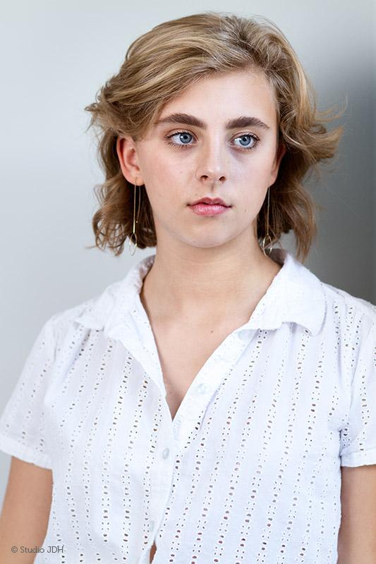 Castingportret   Portretfoto van een jonge vrouw leunend tegen muur   Fine art portret   Studio JDH   Portretfotografie Haarlem.