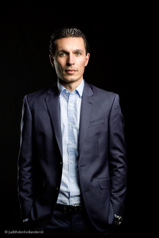 Goed Zakelijk Portret | corporate portrait | suit | strak in pak - Fotografie Judith den Hollander.