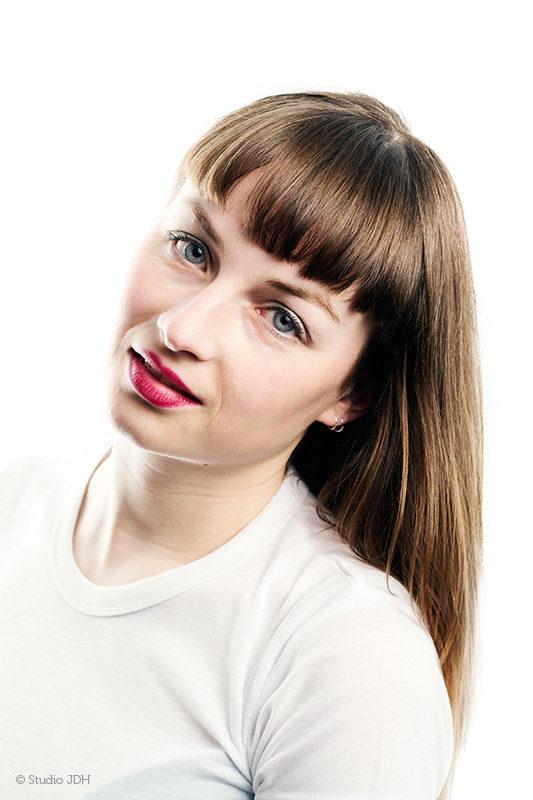 High key Hoofd-schouders (beauty) portret van een jonge vrouw| LM - Fotografie Judith den Hollander, Studio JDH (Maastricht en Haarlem).