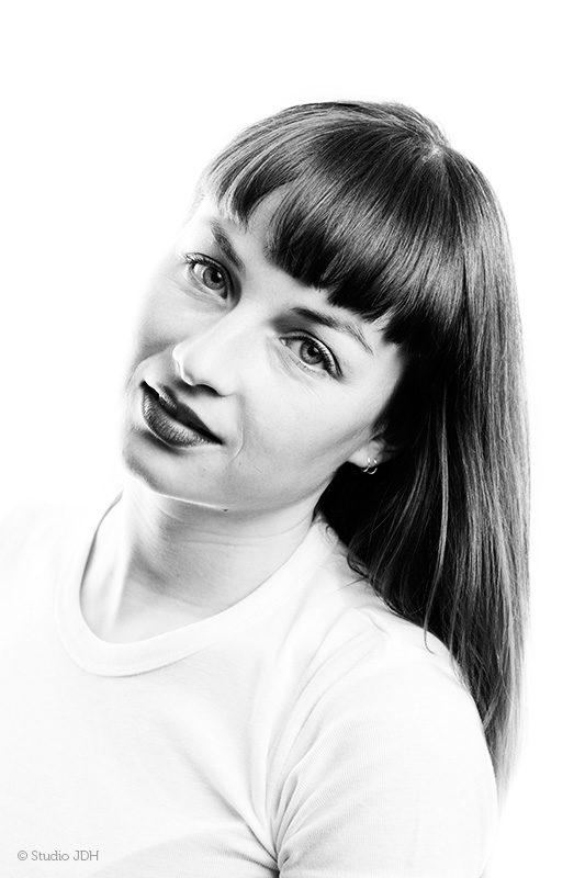 Zwart-wit High key Hoofd-schouders (beauty) portret van een jonge vrouw| LM - Fotografie Judith den Hollander, Studio JDH (Maastricht en Haarlem).