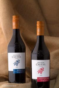 Wijnflessen fotografie gestileerd | 2 flessen rode wijn op jute | Vakfotografie Studio JDH (Maastricht regio).