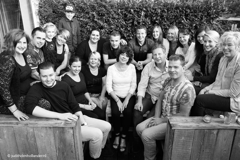 Uitgebreide Familie en Vrienden groepsfoto | Zwart-wit Familieportret | Studio JDH (Haarlem, Maastricht).