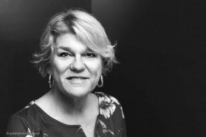Zakelijk portret van een vrouw, startende ondernemer | Portret in zwart-wit | Studio JDH Haarlem.