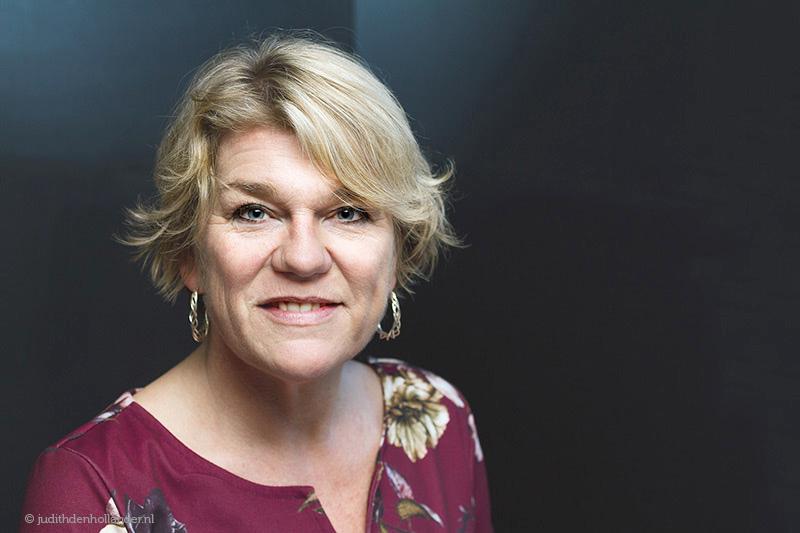 Portretfotograaf Haarlem | Goed zakelijk portret van een vrouwelijk ondernemer | Portretfotograaf Haarlem, Judith den Hollander | Studio JDH.