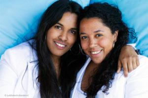 Mooi daglicht dubbelportret van 2 zussen, gemaakt op locatie | Familieportret © Judith den Hollander.