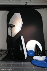 Studio JDH ook voor portretsessie op locatie (in-huis en in het bedrijf). Mobiele fotostudio voor portretsessie op locatie, thuis of in het bedrijf. My mobile photo studio for on-location, in-home and in-company portrait sessions.