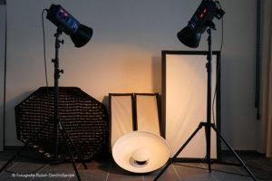 Fotostudio JDH | Professionele fotoapparatuur bestaande uit 2 krachtige flitsers en 5 lichtomvormers.