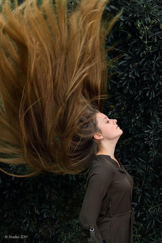 Motion-freeze very long Hair-throw | Jonge vrouw gooit haar lange dikke haar omhoog | Een ander portret | Studio JDH, Haarlem en Maastricht.