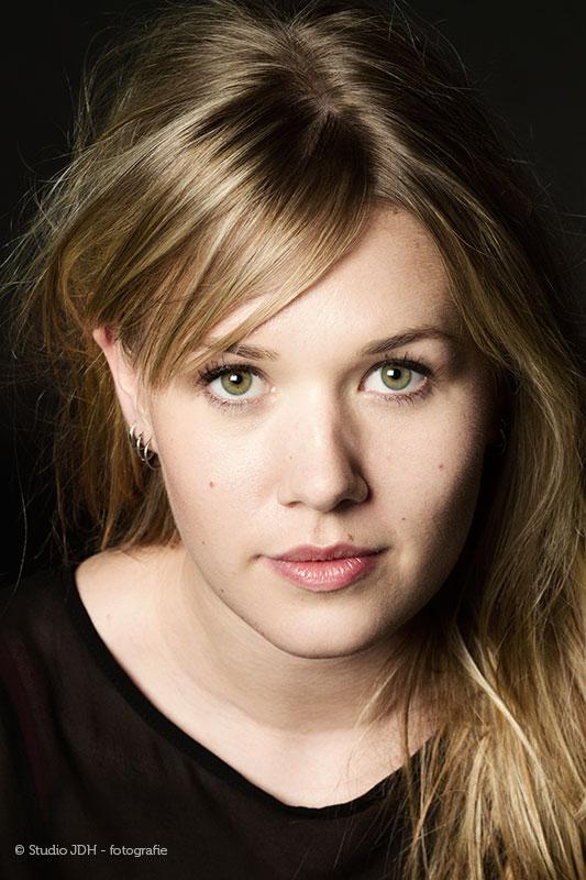 Een prachtig beauty-glamour portretfoto van een jonge vrouw met groene ogen | Close-up | Headshot | Studio JDH Maastricht.