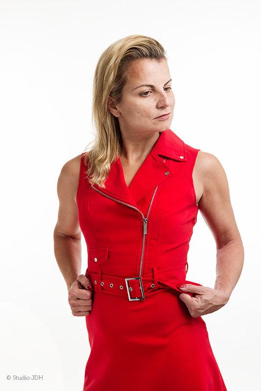 High Key fotografie | Fashion flair portret met rode jurk | Studio JDH, Maastricht regio.