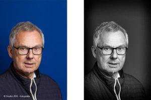 Zakelijke portretfoto van een man met bril tegen een blauwe achtergrond, in kleur en zwart-wit