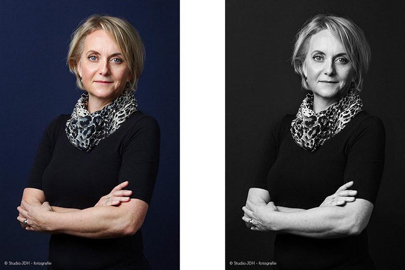 Zakelijke Profiefoto Vrouw voor een donkerblauwe achtergrond. Portret in kleur en zwart-wit. Studio JDH Haarlem.
