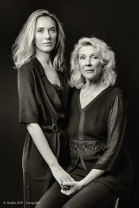 Dubbelportret. Dochter en moeder gefotografeerd in eigen woning. Fotografie J. den Hollander.