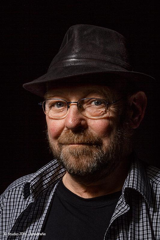 Fotograaf Maastricht, regio Hasselt-Maastricht-Vaals. Portretfotograaf J. den Hollander,  14 jaar ervaring als vakfotograaf.  Portret gemaakt in de fotostudio van een man met hoed. Mooi licht. Info Studio JDH.