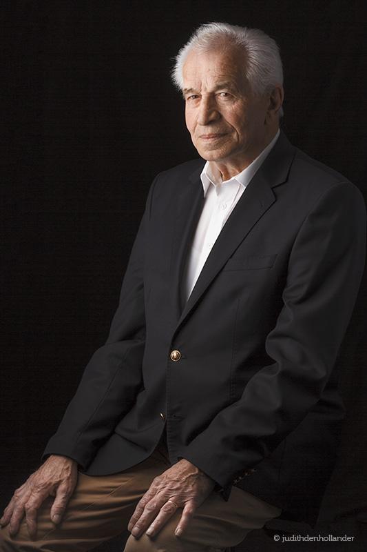 Portretfotograaf Maastricht | Klassiek portret van een seniore man tegen een donkere achtergrond | In-home fotosessie | Fotograaf JDH.