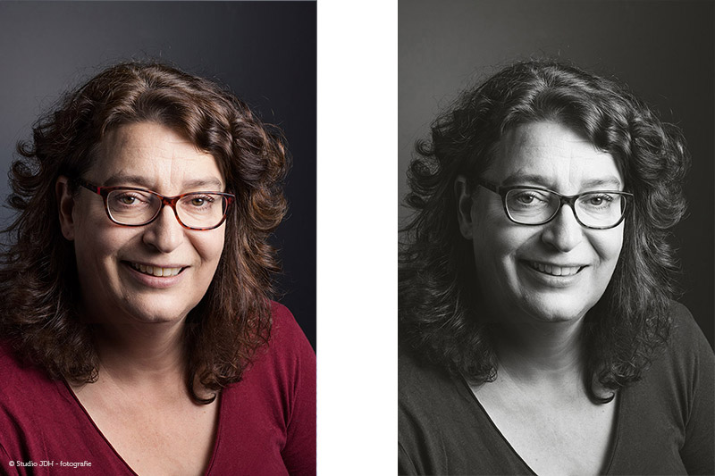 Zakelijk portret van een vrouw met bril tegen een donkergrijze  achtergrond, in kleur en zwart-wit