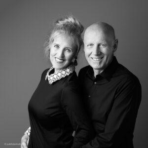 Fine Art Portret. In-home portretsessie. Vrouw en man thuis  geportretteerd. De opdracht was een zwart-wit afbeelding. Fotografie Judith den Hollander.