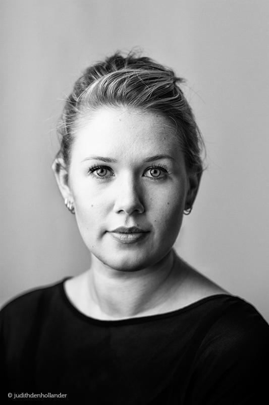 Classical Portraiture, in Black and White | Klassiek portret van een jonge vrouw in zwart-wit. Middengrijze achtergrond. Fotografie J. den Hollander.