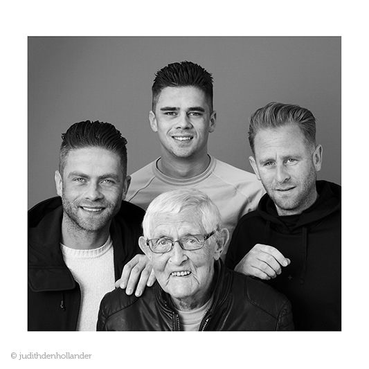 Familieportret. 3 generaties in beeld. Hier een afbeelding van de oudste en jongsten in zwart-wit. Fotografie Judith den Hollander - Haarlem en Maastricht.